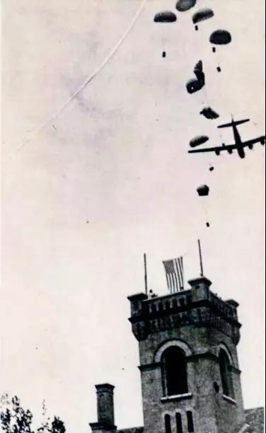 潍县乐道院被囚人士拍摄的美军鸭子行动队跳伞情形。.jpg